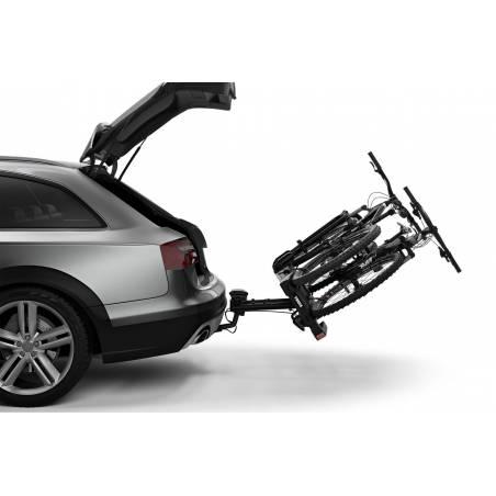 Grâce à la pédale de basculement, accès aisé au coffre même avec les vélos fixés.