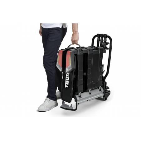 Transport ergonomique du porte-vélos Thule grâce aux poignées de transport intégrées.